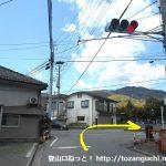 春日居町駅前の車道を北に進んでT字路を左折してすぐに右折