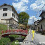 兜山の登山口に行く途中の岩下温泉旅館の赤い橋前