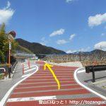 兜山の登山口に行く途中の岩下温泉旅館の赤い橋の先を左折して坂を上がったら車道に出るので左折