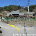 乾徳山登山口バス停のすぐ北側の橋を渡って右に入ったところを左へ