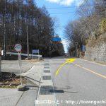 柳沢峠バス停のすぐ上から登山コースに入る
