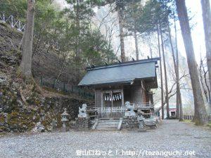 小川谷林道の入口にたたずむ石山神社の本殿