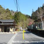 清東橋バス停から車道を奥に進む