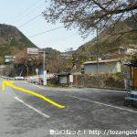 積翠寺バス停前の車道をまっすぐ進む