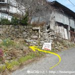 下芦沢の太刀岡山登山口から登山コースに入るところ