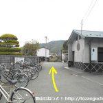 市川本町駅出口横のトイレ前を通って東に歩く