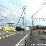 佐野駅の東側の踏切前を左折