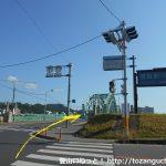 東武足利市駅の北側で橋を渡る