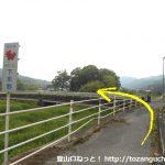 星野御岳山入口バス停北側で橋を渡る