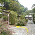 御嶽山神社本殿手前から左の鳥居をくぐる
