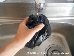 速乾性のアンダーウェアを水で濡らす