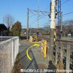 富田駅の西側で踏切を渡る