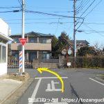 富田駅の西側で踏切を渡った先のT字路を左折