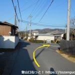 富田駅の西側で踏切を渡った先のT字路を左折した先の分岐を右へ